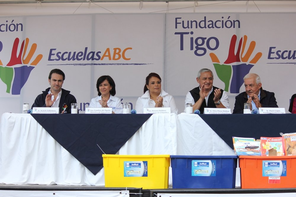 Tigo Foundation executives gather in the municipality of San Juan Atitán, in Huehuetenango, where the construction of a new school is being announced.