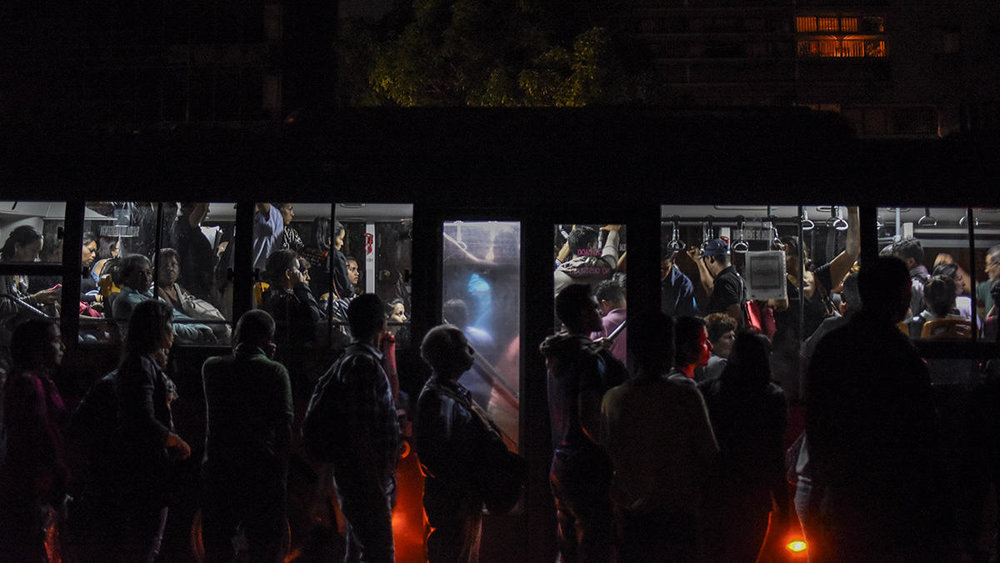 Residents stand in line for buses during a major blackout in the Chacaito neighborhood of Caracas, Venezuela, on March 7, 2019 / Photo: necn.com
