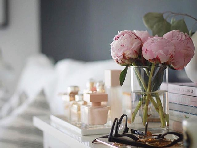 Bedside table inspo c/o @gabyburger -- love a little touch of pink to brighten things up!!