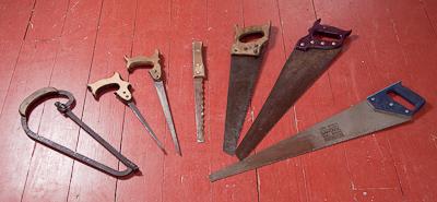 Käsisahoja, pistosahoja. Työkaluiksi tai koristeeksi.