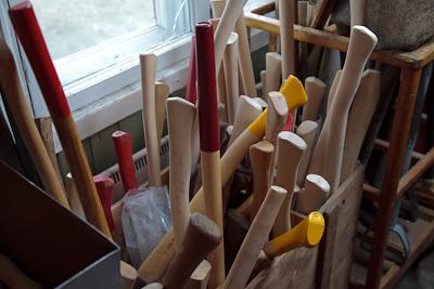 Työkalujen varsia, kirveenvarret, puutarhatyökalut yms.