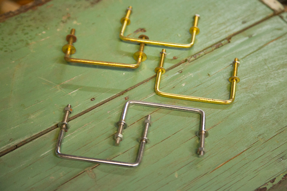 1950-60 -lukujen kaapistoihin sopivat vetimet. Messinkinen 3,80 e/kpl, niklattu 3,60 e/kpl.