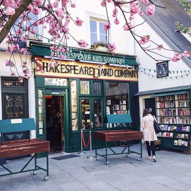 Are you Paris based and looking to join a book club? Starting September 16, the feminist book club (The FBC) will be meeting every month at Shakespeare and Company in Paris! We read books - written by women from all over the world - that highlight matters of interest to feminists; from work to relationships of all kinds, to prejudice, lack of representation and reproductive rights. If you want to be a part of it I've popped the sign up link in my bio ☺#shakespeareandcompany #bookshopsoftheworld #sylviabeach #bookish #booklover #booknerd #bibliophile #bookworm #bookstagrammer #booksofinstagram #instabooks #bookcommunity