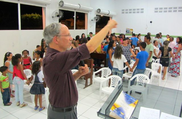 """Have an attitude of gratitude"" was Bruce's message at the church in Orocó"