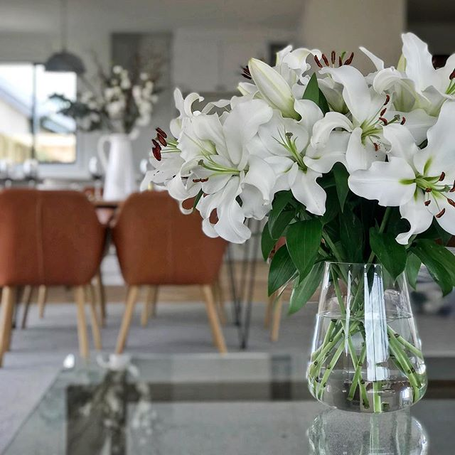 These lillie's have filled the whole house with their fragrance 😍  Simple yet beautiful and smell so good 🙌 Who doesn't love fresh flowers? . . . Another special thanks to Stacey @theflowerboxflorist for collaborating with us on these wonderful @hrconstructnz homes soon to be on the market 🏘 Contact @bayleysmarlborough