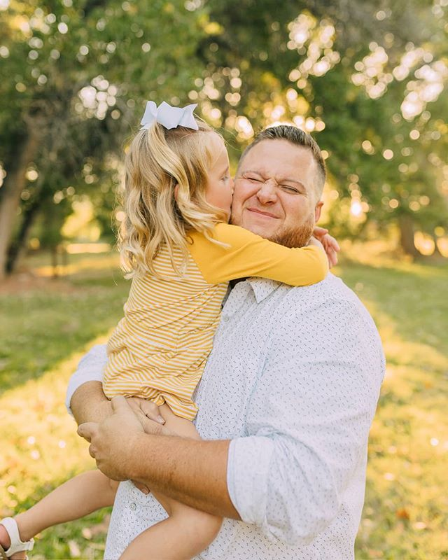 Daddy daughter photos just kill me 😍  I am so so happy that in modern day it's normal to jump into photos with your kiddos and have memories to cherish forever. I can't imagine not having photos to look back on and smile and cry, it's one of my favorite things to do!  No matter how I feel or look when I have kiddos, I am definitely going to be in photos with them so they have something to remember me by. I suggest you do the same! 😙 . . . #posepatch #lemonadeandlenses #letsclicksoc #thekaptureco #shootandshare #dearphotographer #everydayibt #savethephotographer #canon  #buildandbloom  #familyfirst @buildandbloom #like #love #family #familyphotography #familyphotographer #utahfamily #southern #utah #southernutah #familiesareforever #familyphoto #familyphotography #familyphotographer #utahphotography #utahphotographer #photographer #photographer #happy #smile