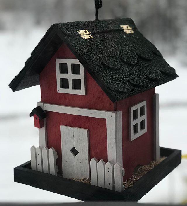 Håper på innflyttere her snart. Tror vi har skremt vegg småfuglan med mye bråk på byggeplass. #fuglehus #birdshouse #birdshaveleftthebuilding #littlebirds #foodinwintertime #matefuglene #vinter #småtasser #småfugl #elskerspurv