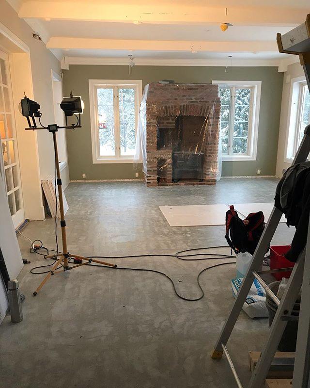 Kjøkken in the making! Vi legger flis. #kjøkken #kitchen #inthemaking #pågang #tiles #fliser #progress #interior #interiør #interiørdesign #phenomen #phenomeninteriørdesign #work #ilovemyjob