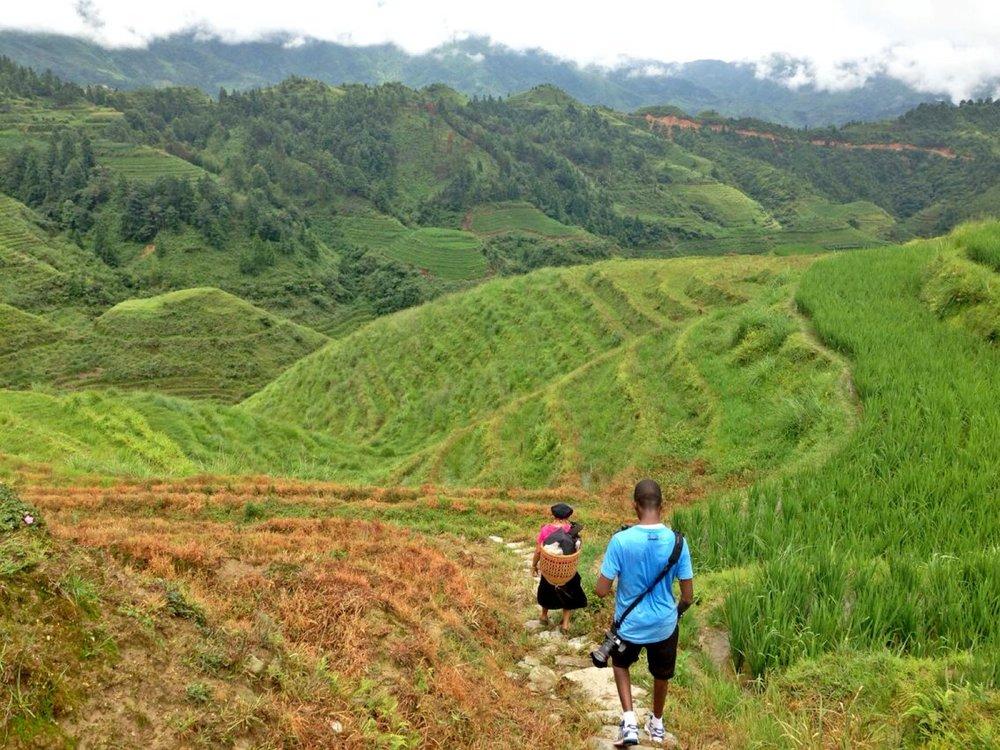 رحلة السير والتي استمرت قربة الخمس ساعات بين قرى ومزارع الأرز