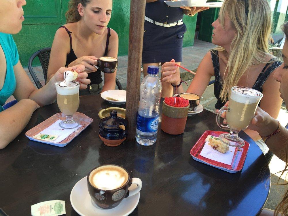 وقت تناول القهوة قبل البدء برحلة السير الطويلة