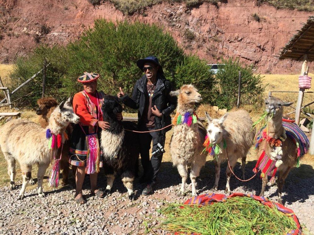 محدثكم، مع حيوان اللاما والباكا مع أحد السكان المحليين