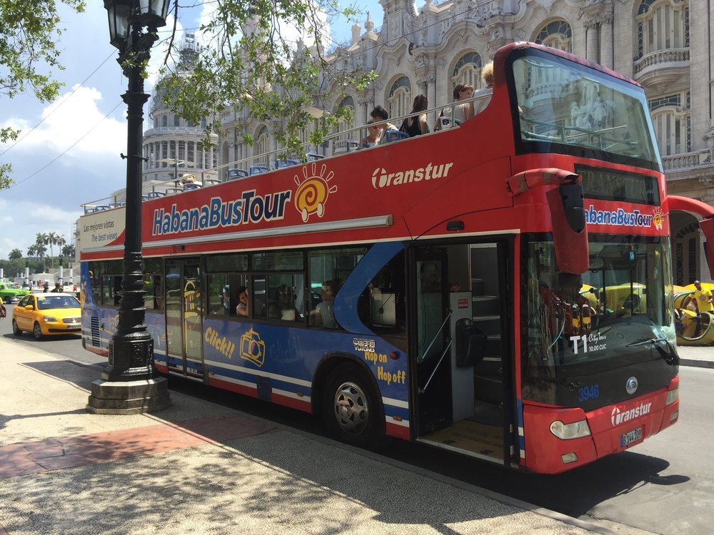 بإمكانك استخدام الباص السياحي للتنقل في هافانا