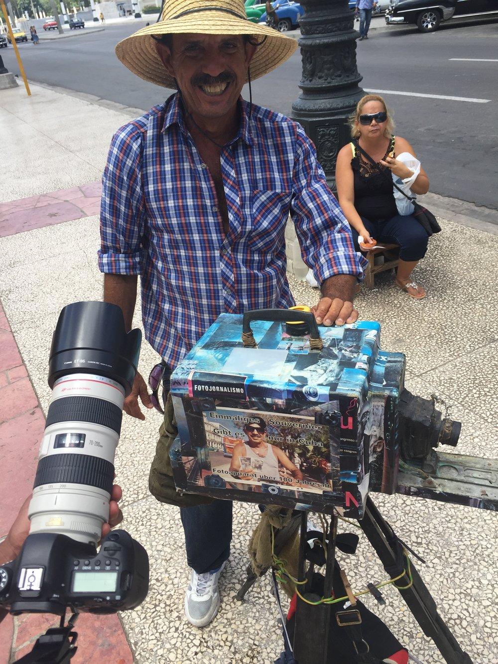 مقارنة بين كاميرتي الحديثة وكاميرتهم القديمة