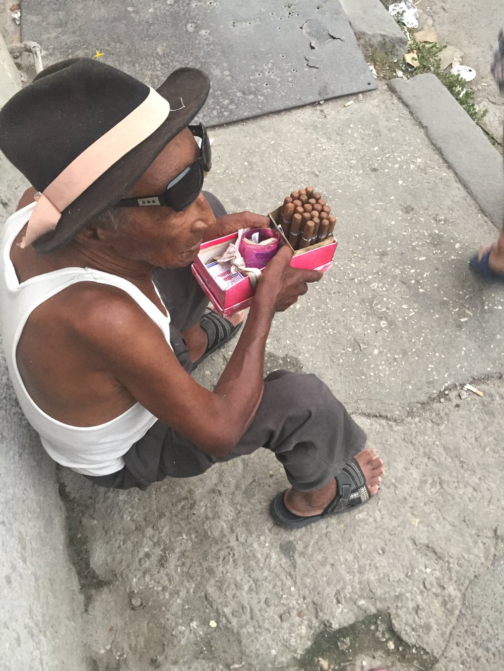 يعتبر السيجار الكوبي أحد أشهر منتجات الدولة