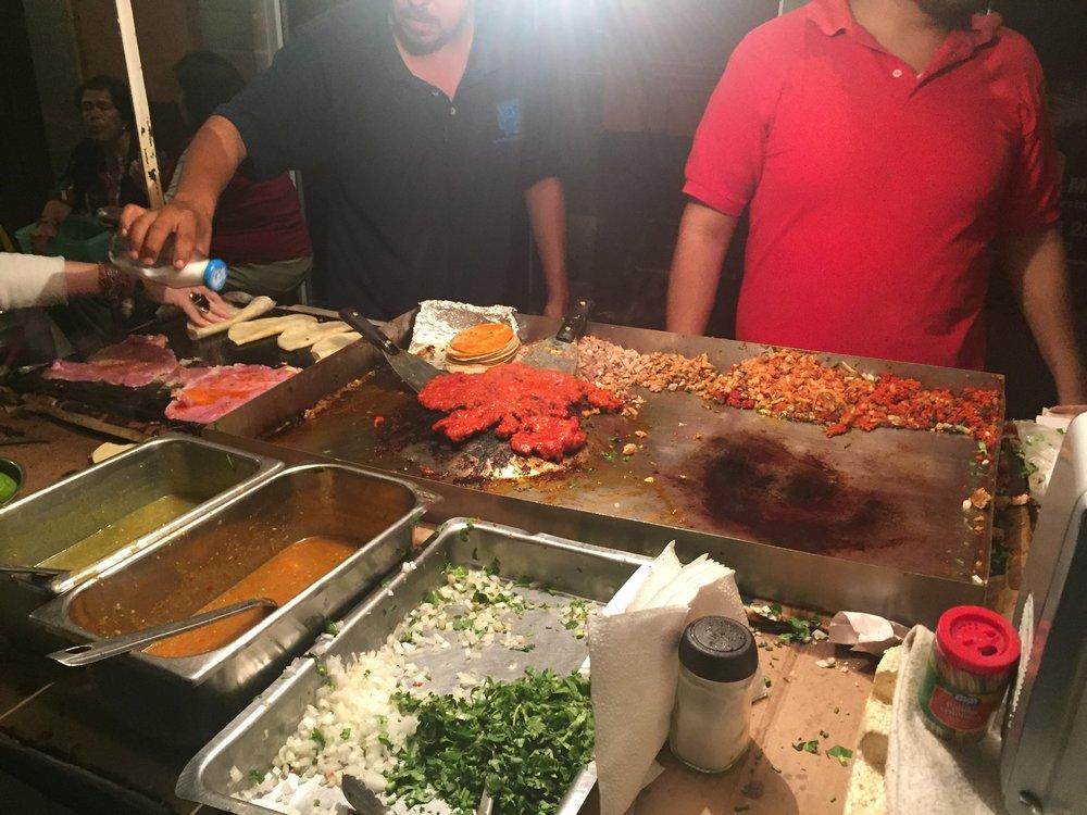 لا شيء أجمل من تناول التاكو المكسيكي على رصيف الطرقات