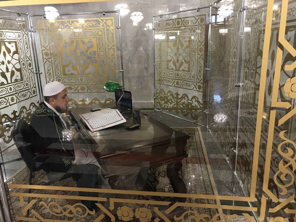 رجل يقرأ القران الكريم طيلة الوقت