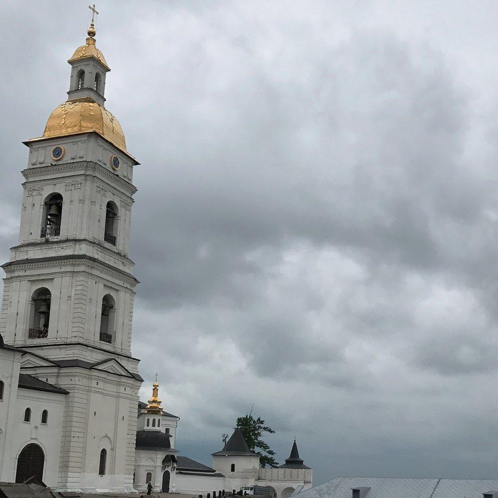 البرج الذي يقال بأنه دفنت تحته جميع الحاجيات الهامة للمسلمين