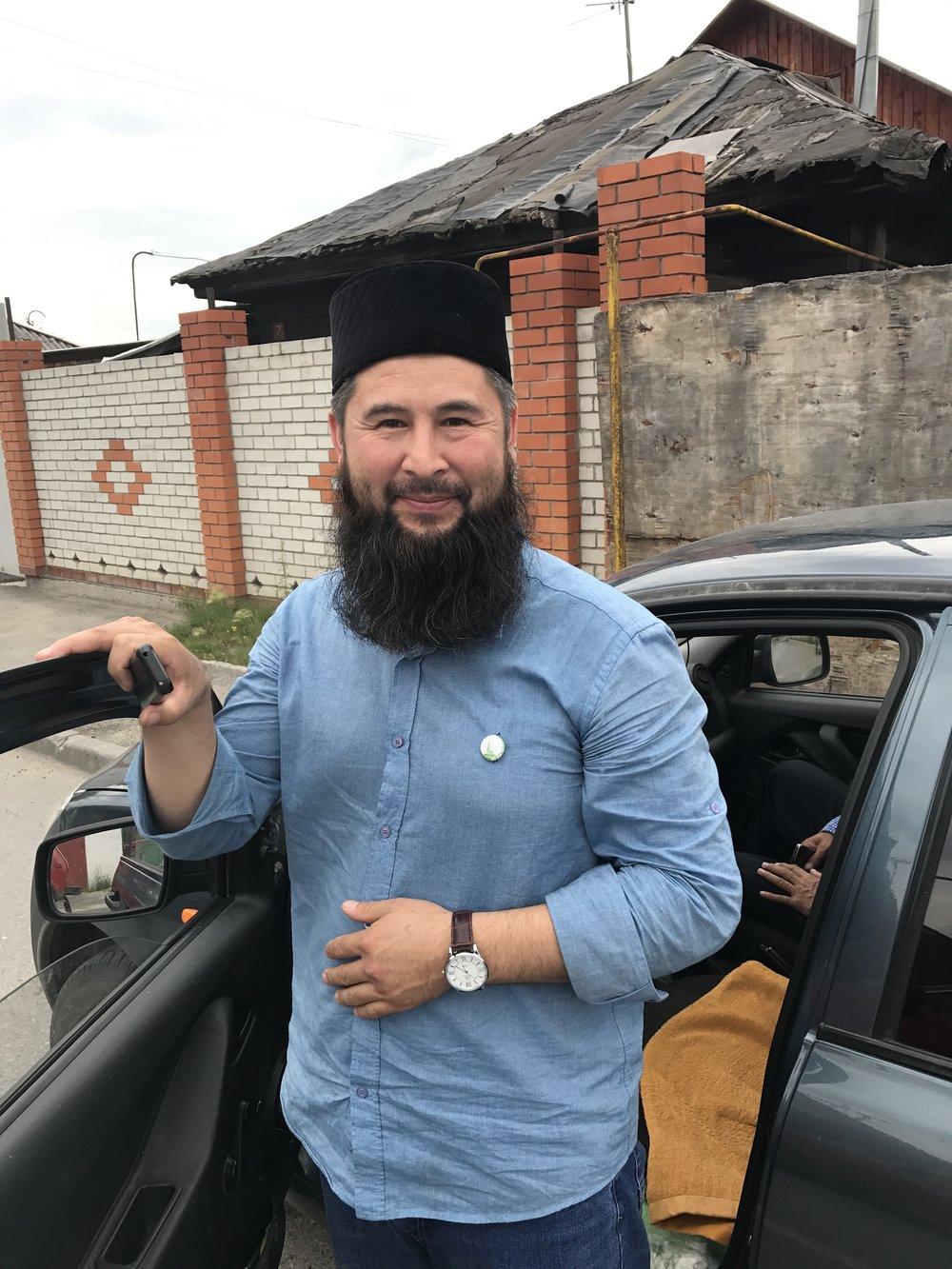 جَنّات - رجل بشوش لطيف، التقيت به عند مدخل المسجد، عرض علي إيصالي إلى توبولسك