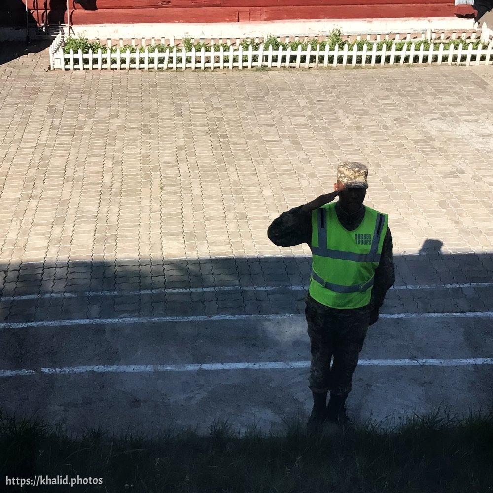 جندي في الحدود المنغولية يقول يتحية الركاب عند دخول القطار الحدود المنغولية