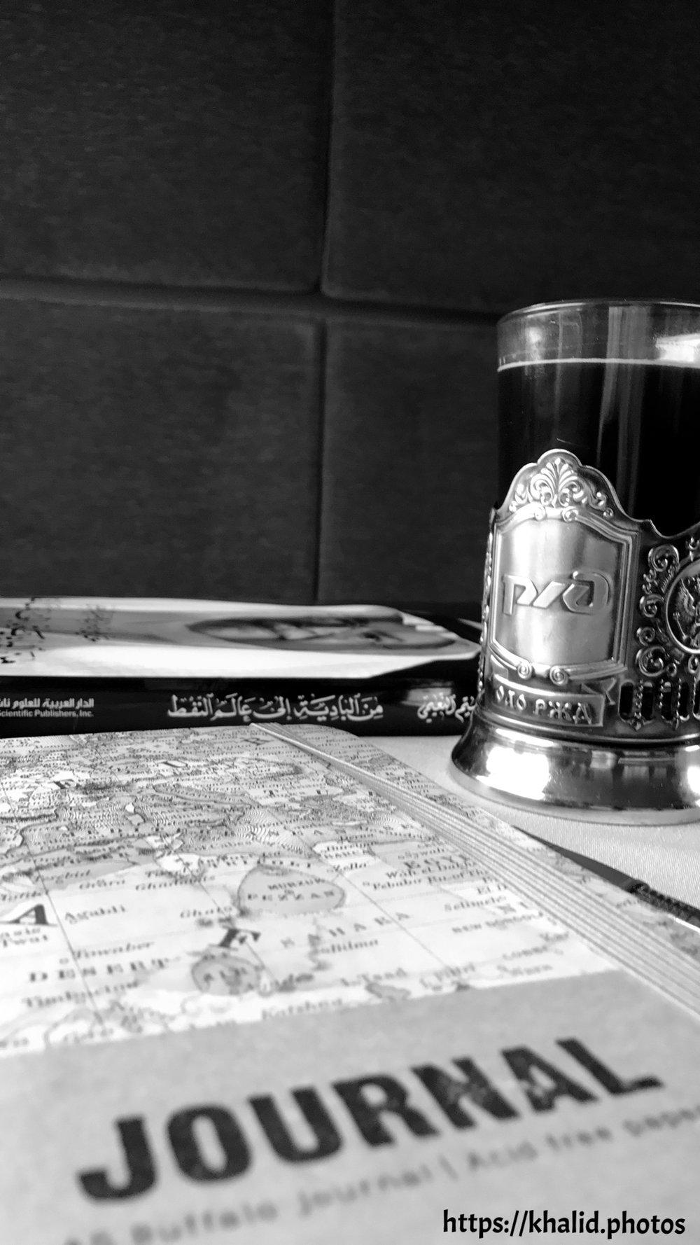 قهوة وكتاب ومفكرة