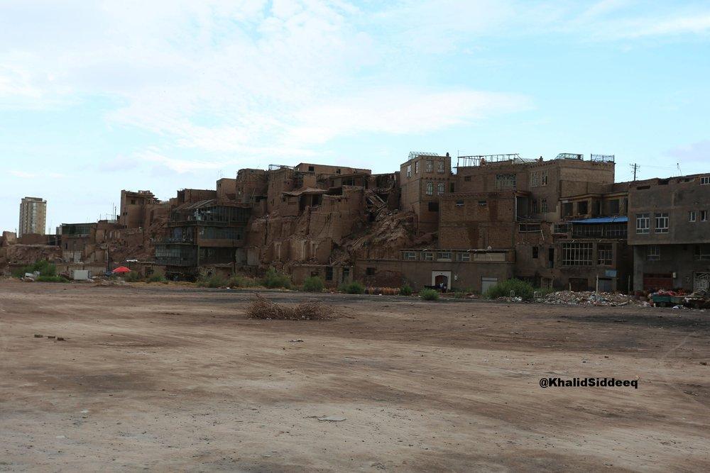 كاشغر، من ضفة أخرى - وهي منطقة عشوائية لم يصلها الترميم، يسكنها الناس، ويمنع دخولها من قبل السياح