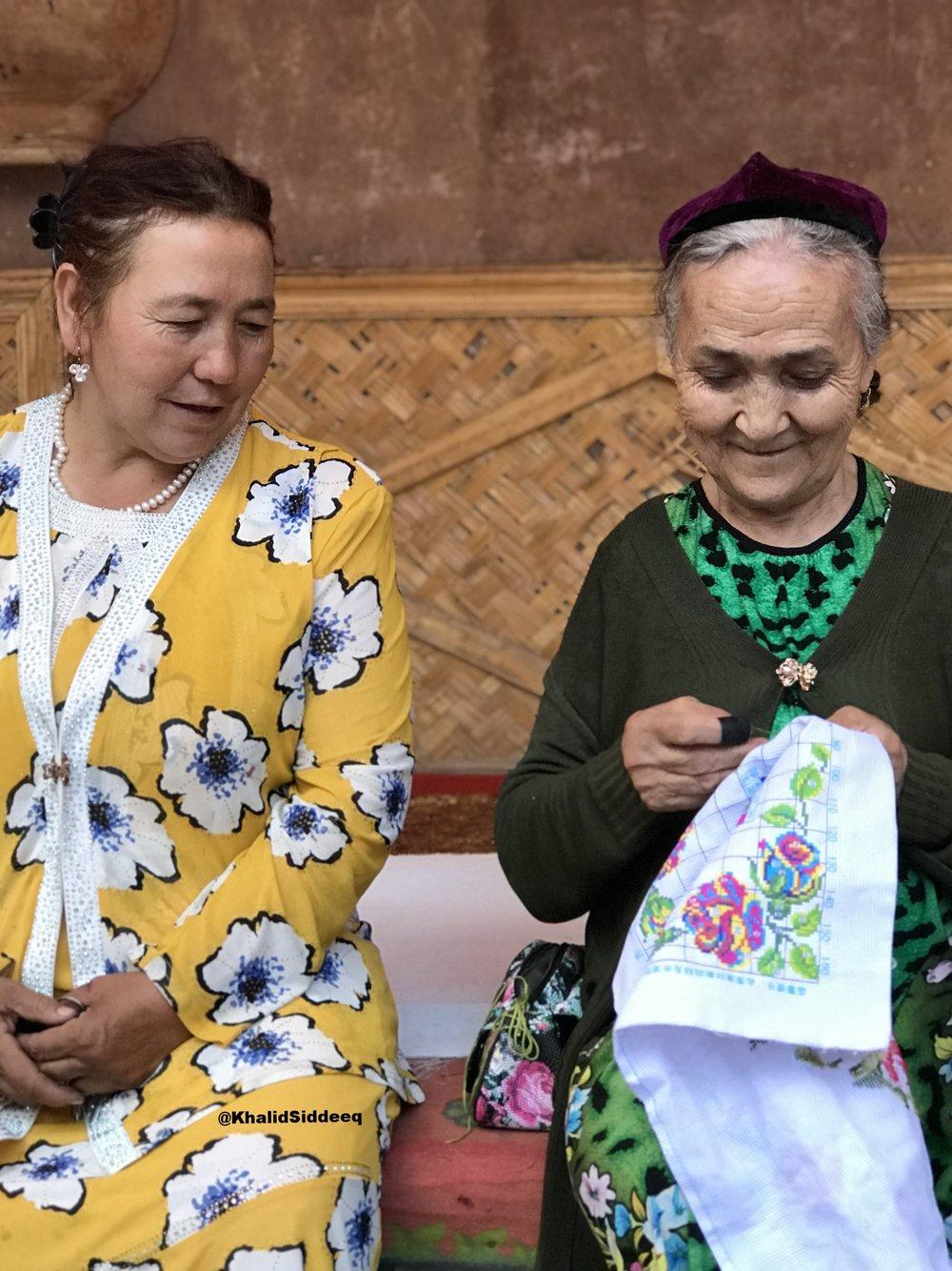 عجوز إيغورية وصديقتها قبيل الحفل