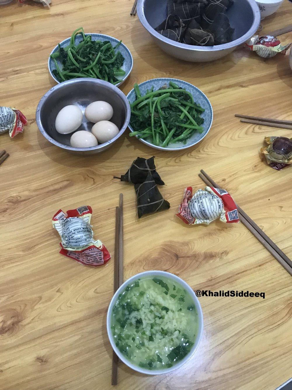早餐 وجبة الإفطار - وهي وجبة صينية غذائية متكاملة الصفات، فيها من البروتينات والفوائد من يكفي لتقوم بأي عمل شاق