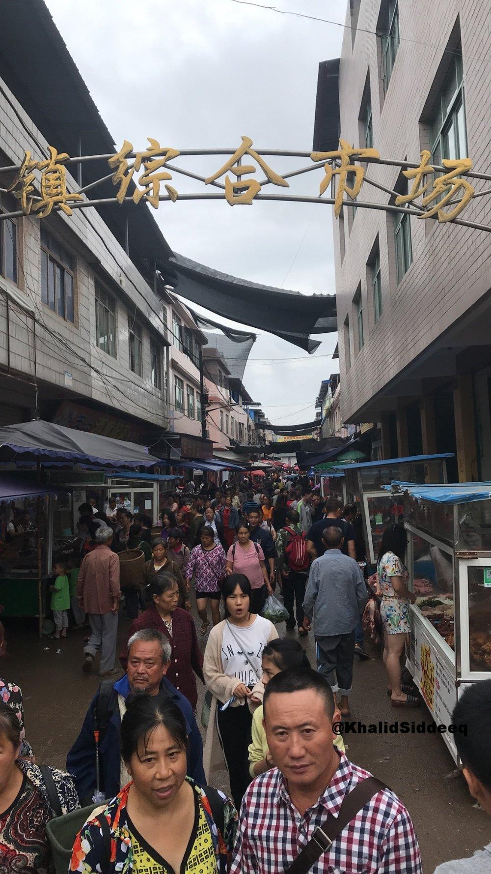 السوق الشعبي في القرية