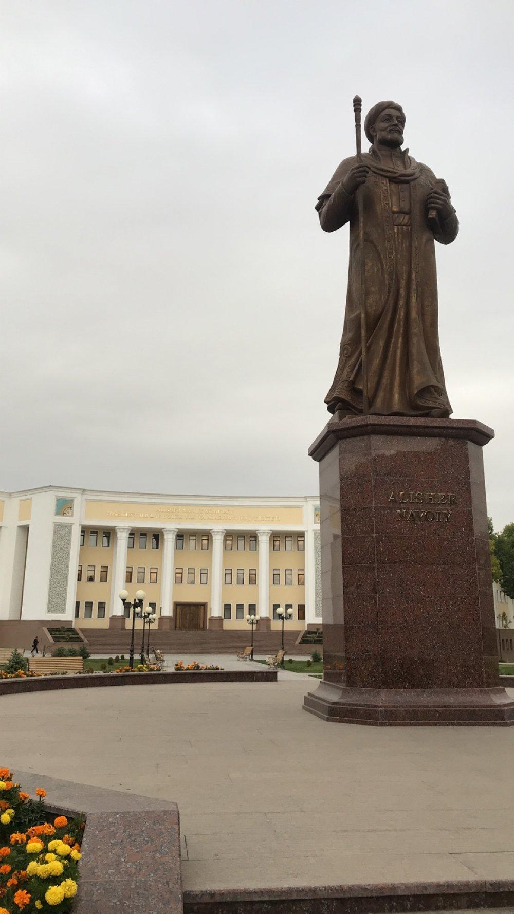 علي شير النووي - مؤسس اللغة الأوزبكيةتمثال وضع أمام جامعة طشقند