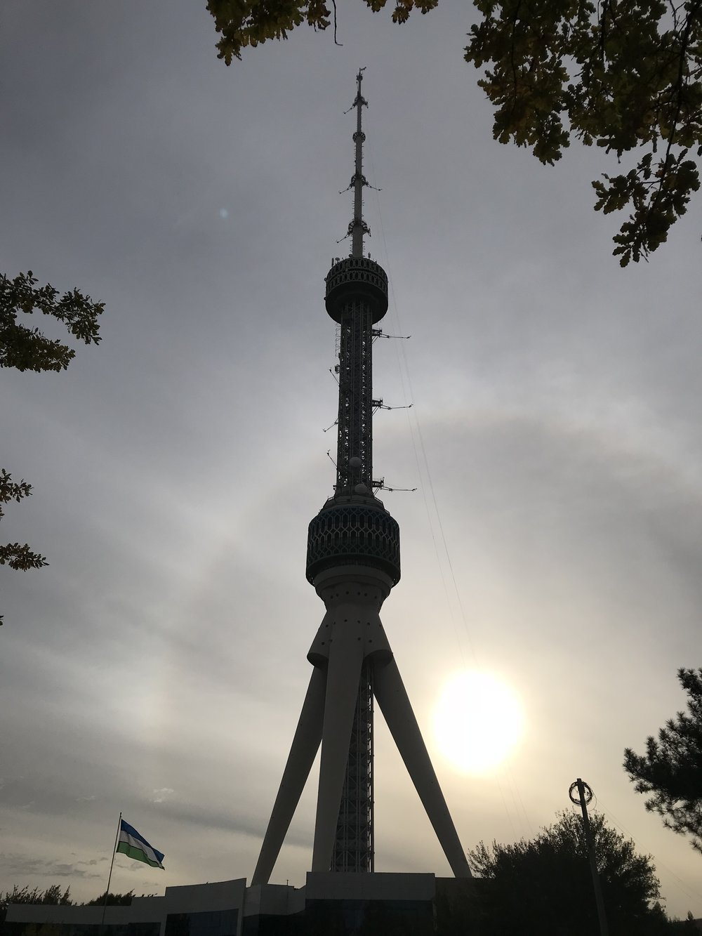 برج طشقند، منذ عام 1981م - أعلى مبنى في آسيا الوسطى، والحادي عشرة كأعلى برج في العالم، طوله 375م، يحتوي على مطعم فاخر في الأعلى لمن يريد الإستمتاع بمنظر علوي جميل