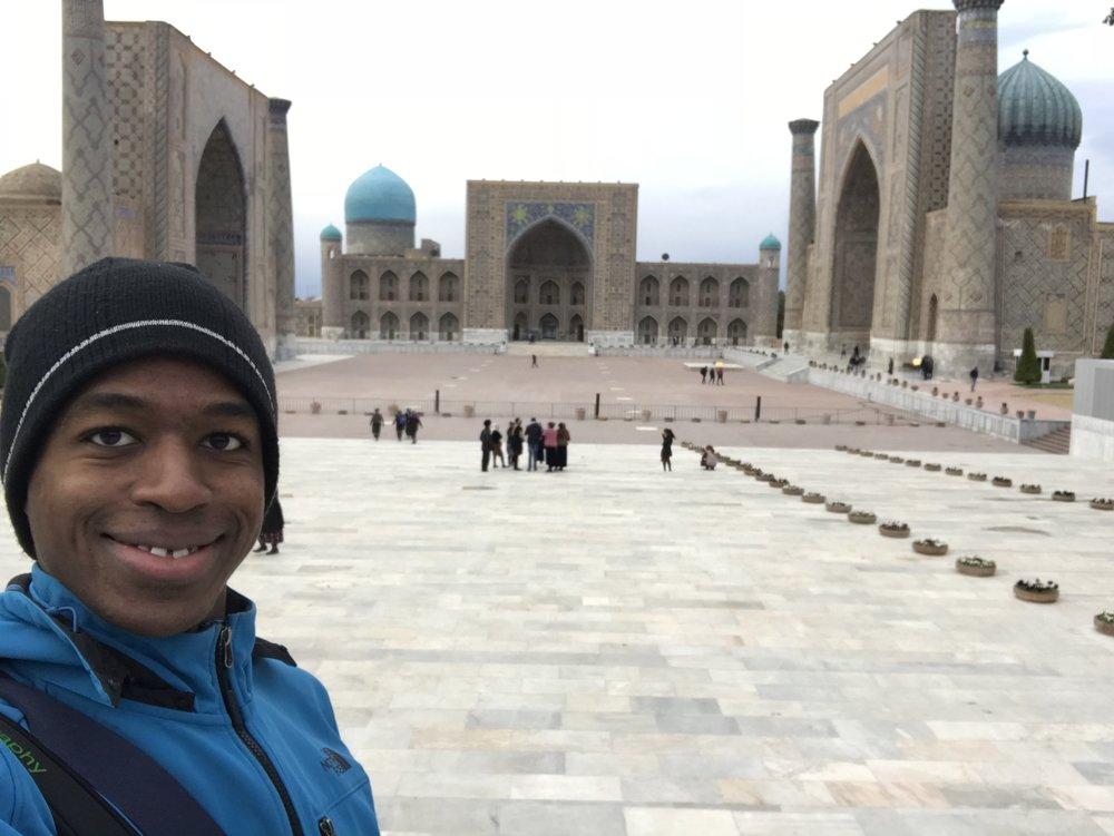 شهر أكتوبر - كانت زيارتي إلى أوزباكستان في نهاية شهر أكتوبر، وهي أجواء متقلبة تغلبها البرودة، تحتاج في بعض الأيام لمعطف (جاكيت) خصوصاً في المساء٫ كانت درجة الحرارة تتراوح مابين ٠ إلى ٢٤ درجة مئوية