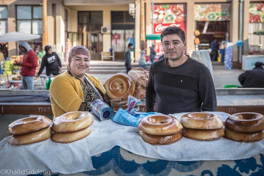 الخبز الأوزبكي، نون - وهو معيار ضيافة واحترام لدى جميع شعوب آسيا الوسطى، إن قدم أحدهم لك الخبز فخذ منه ولو قطعة صغيرة، لذيذ المذاق، ويصنع بعدة احجام، وهو ما ستراه على كل مائدة.