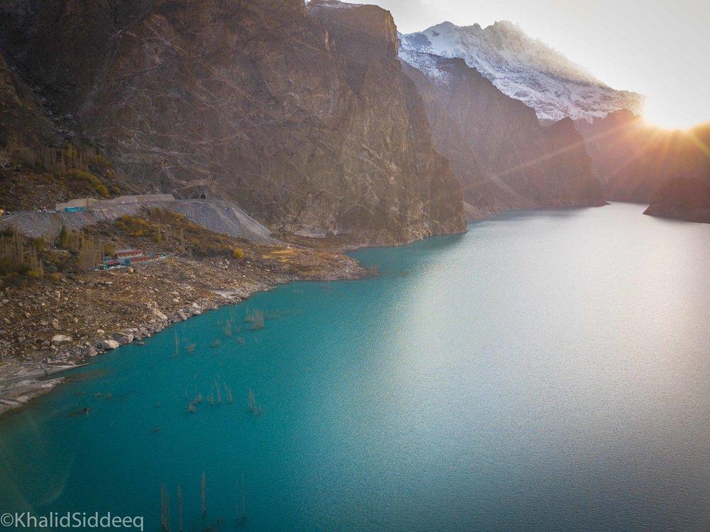 بحيرة عطا آباد - تكونت إثر زلزال حصل في الرابع من شهر يناير ٢٠١٠م