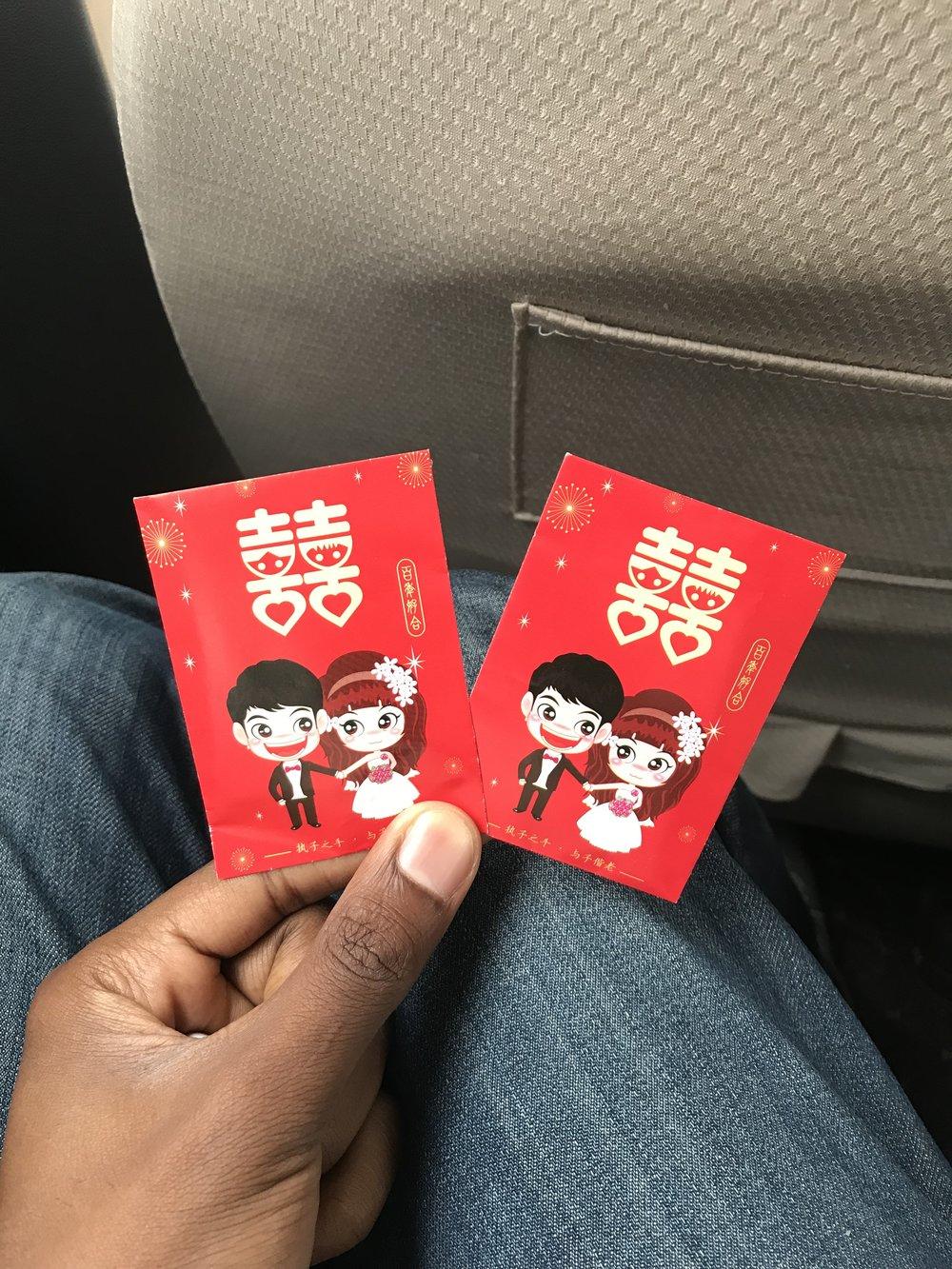 هدايا الحضور - نقود من فئة ١ يوان يتم توزيعها على الحضور