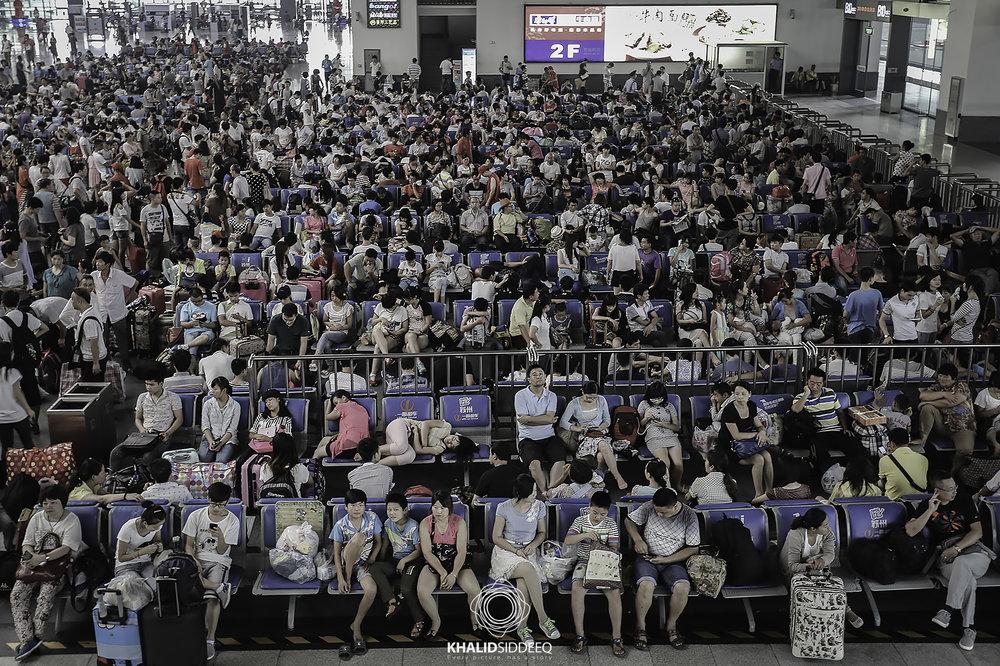 - صورة من محطة قطار مدينة سوجو، تظهر مدى الإزدحام في وسط الأسبوع