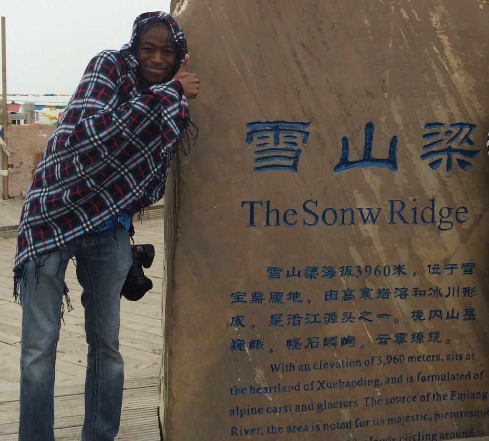 لم أجد غير هذا الرداء عند برودة الجو في فصل الصيف، في أحد مرتفعات الصين
