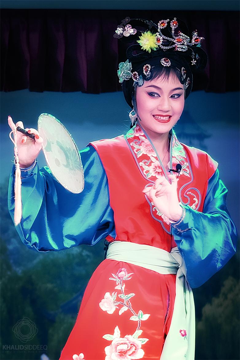 الأوبرا الصينية - عروض مسرحية ثقافية حية، في الصورة، فتاة ترتدي زي الأوبرا التقليدي