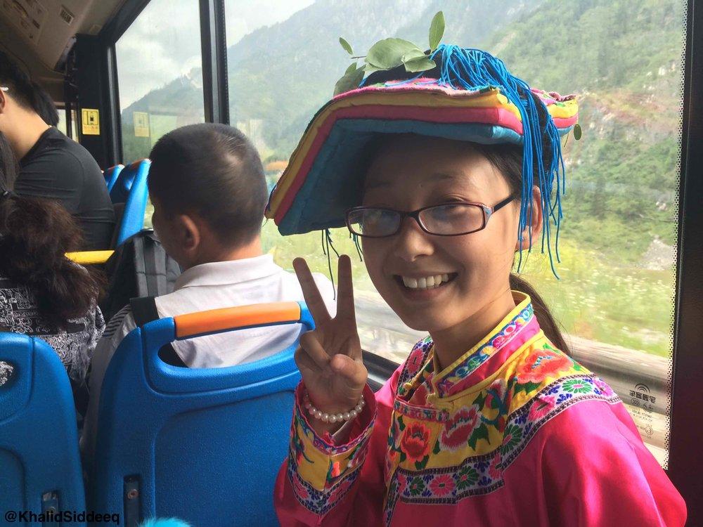 فتاة من قومية التبت - في طريقها من المدرسة إلى المنزل