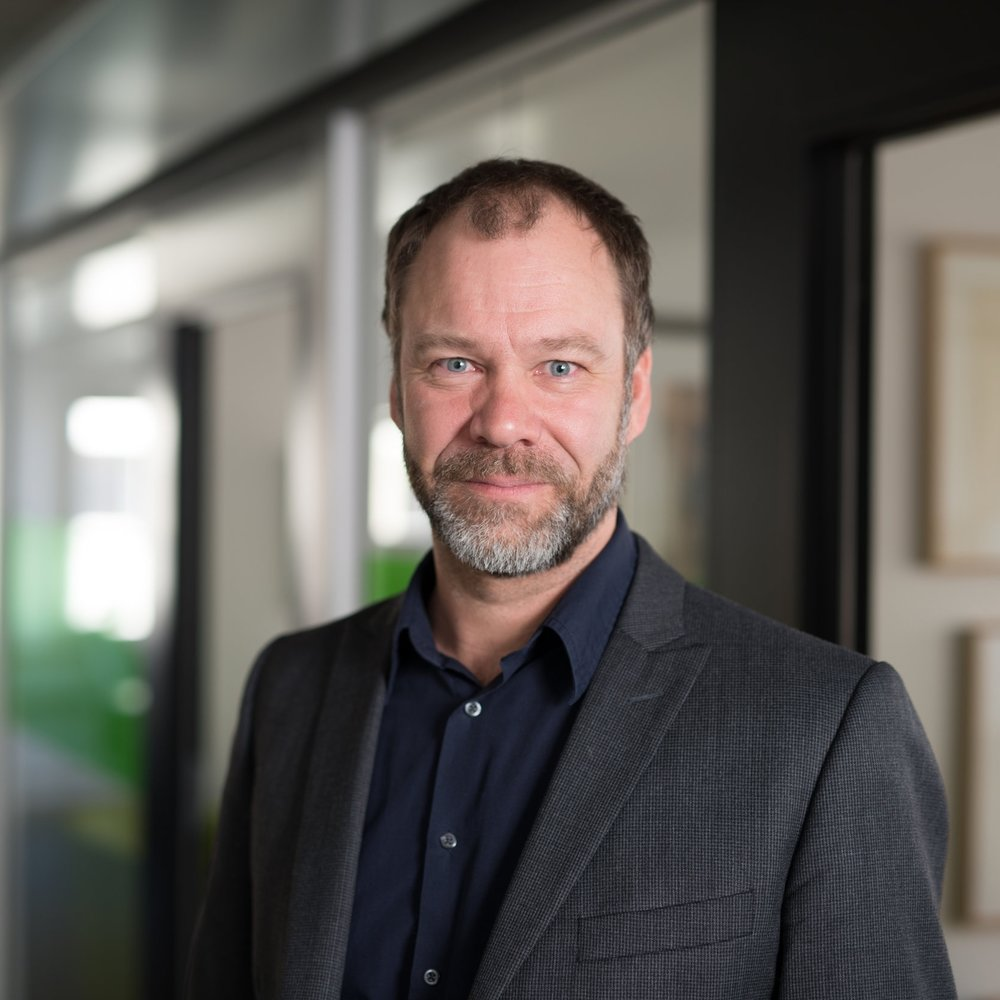 Gunnar Wrede, journalist & moderator Gunnar Wrede är en välrenommerad ekonomijournalist sedan 25 år med 17 år på Dagens Industri i bagaget. Han har även jobbat som reporter på TV4 och varit chefredaktör för nättidningen Placera. I dag är Gunnar frilans och bedriver live-journalistik som moderator där evenemangen rör ekonomi, företagande och skärningspunkter mellan företag och samhälle.