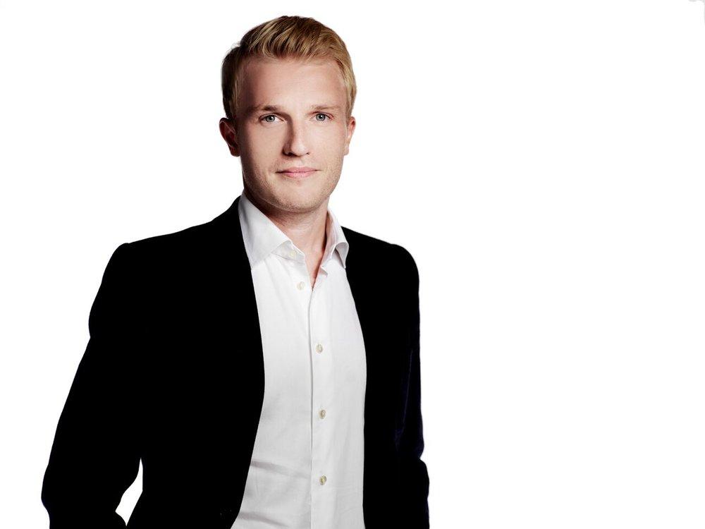 Tomas de Souza , innovationschef, Bonnier news  Tomas har arbetat med digital affärs- och produktutveckling för flera skandinaviska mediekoncerner och etablerar nu en innovationshubb för Bonnier News (DN, DI, Expressen, HD, Sydsvenskan).  Efter att ha drivit två egna bolag inom media tog han klivet från entreprenörskap till intraprenörskap i ett traditionellt bolag och föreläser om digital transformation, förändringsledning och affärsinnovation.