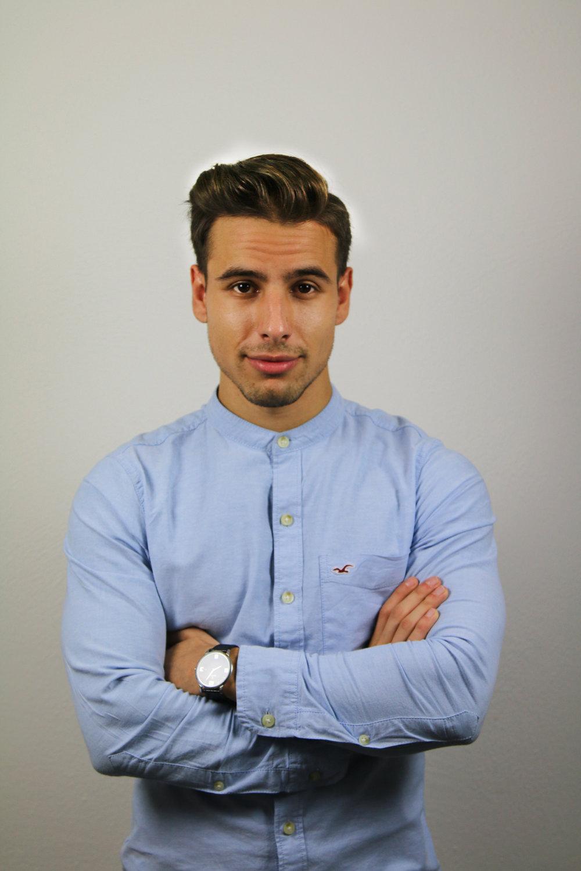 """Mustafa Alfredji, VD och grundare, Mysocial   20-åriga Mustafa driver företaget Mysocial som arbetar med att hjälpa kreatörer på sociala medier att växa. Som 15-åring startade han sitt första företag, ett YouTube-nätverk som växte i raketfart med över 250 YouTubers som medlemmar.Själv är han en så kallad """"influencer"""" med över 150.000 följare på YouTube, Instagram och Snapchat. Istället för att söka sig till universitetet valde Mustafa att lära sig allt han behövde online."""