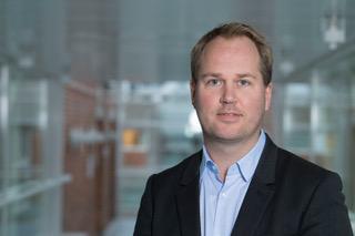 Søren Hansen   Søren Tranberg Hansen arbetar som konsult och forskare och kombinerar sina expertkunskaper inom robotteknik och artificiell intelligens med innovation och affärsutveckling. Han har arbetat som fundraiser, affärskonsult och projektledare i ett antal stora utvecklingsprojekt. Han har också arbetat som specialrådgivare för danska utrikesdepartementet, som stöd i ett stort antal internationella företag, däribland Apple, Uber och Huawei.
