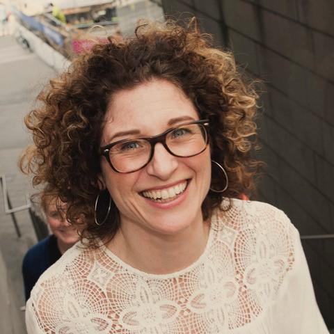 Anna Simon   Anna ingår i teamet för Service Design på Itch. För henne är det mest sofistikerade designelementet empati och hon menar att förståelsen för människors behov, drivkraft och perspektiv, är nyckeln till att utforma smarta och relevanta och tjänster.  Under de senaste 15 åren har Anna erfarenhet av att genom servicedesign och innovation skapa affärsutveckling, både som konsult och som UX-chef på en av Sveriges största banker. När det gäller framtiden är hennes ambition att arbeta med tjänster som suddar gränserna mellan det digitala och det fysiska.