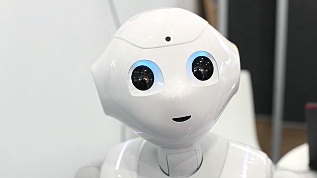 Pepper, the robot   Pepper jobbar för närvarande som receptionist på flera kontor i Storbritannien. Roboten har också varit anställd hos banker, sjukhus och restauranger i Japan.