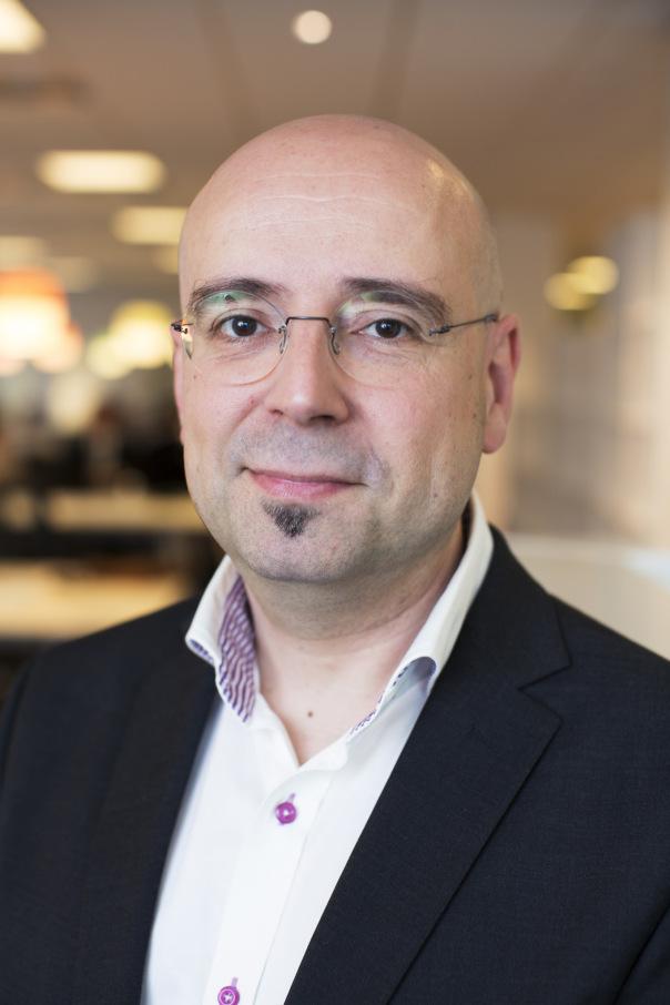 """Daniel Akenine  Teknik- och säkerhetschef, Microsoft  Daniel är fysiker, föreläsare, författare och tidigare hjärnforskare på Karolinska Institutet. Han arbetar som teknik- och säkerhetschef på Microsoft och blev 2015 utsedd till en av världen främsta experter inom IT-arkitektur. Daniel är också en romanförfattare med den senaste boken """"11 gram sanning"""" om hur """"fake news"""" kan användas för att manipulera vår värld."""