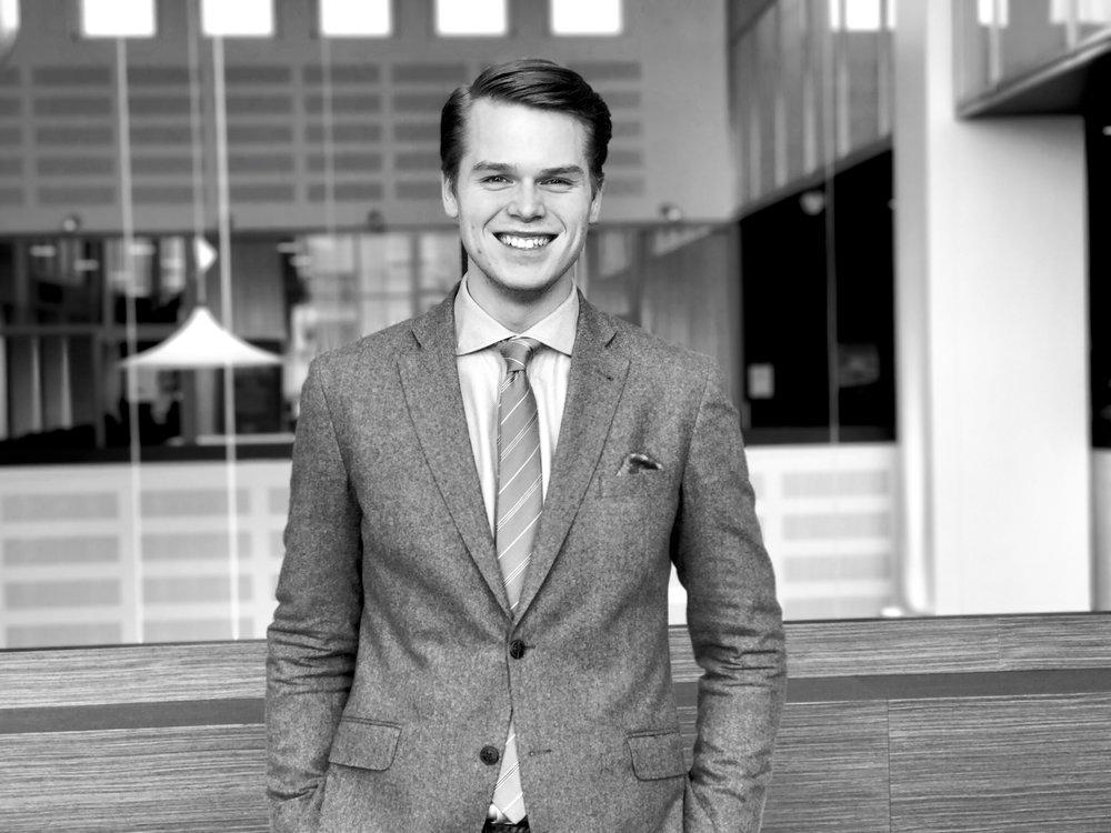 Simon Leliévre   (M), Vice ordförande i Beredningen för eHälsa i Region Skåne  Med en kandidatexamen i data- och informationsvetenskap och flera år med egen konsultfirma inom IT var det naturligt att fokusera på dessa frågor även inom politiken.
