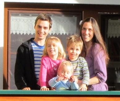 .... Ramon* und Daniela* mit ihrem Nachwuchs ..      Ramon* and Daniela*with their children    ....
