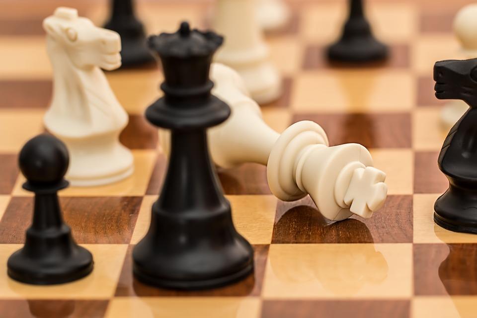 ....    Konflikte konstruktiv angehen ist nicht Schach spielen, wo der Partner als Gegner betrachtet und schachmatt gestellt werden will !     ..    Constructively coping with conflict is in no way comparable to a chess game, in which the partner is seen as an enemy to be conquered and where attack is the modus operandi.     ....