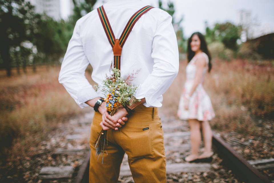 Eine Aufmerksamkeit im richtigen Moment spiegelt die Liebesqualität einer Beziehung wider.