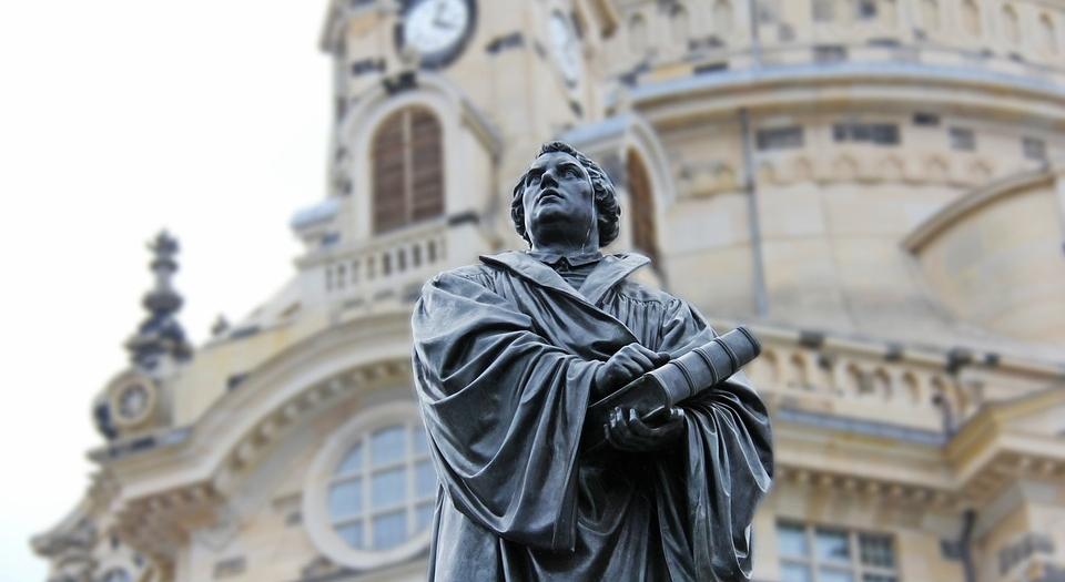 Die Spiritualität hat sich in unserer Gesellschaft eingenistet. Verschiedene Kirchen und Institutionen und Religionen, sorgen für teilweise Befriedigung unserer 'Wahrheitssuche'. Aber unsere gesellschaftliche Reife zeugt nicht von einer guten Qualität unserer Spiritualität. Da liegt weit mehr drin... Luther hat dies schon vor 500 Jahren entdeckt und ist aktiv geworden. Wo stehen wir heute mit der Reformation ?